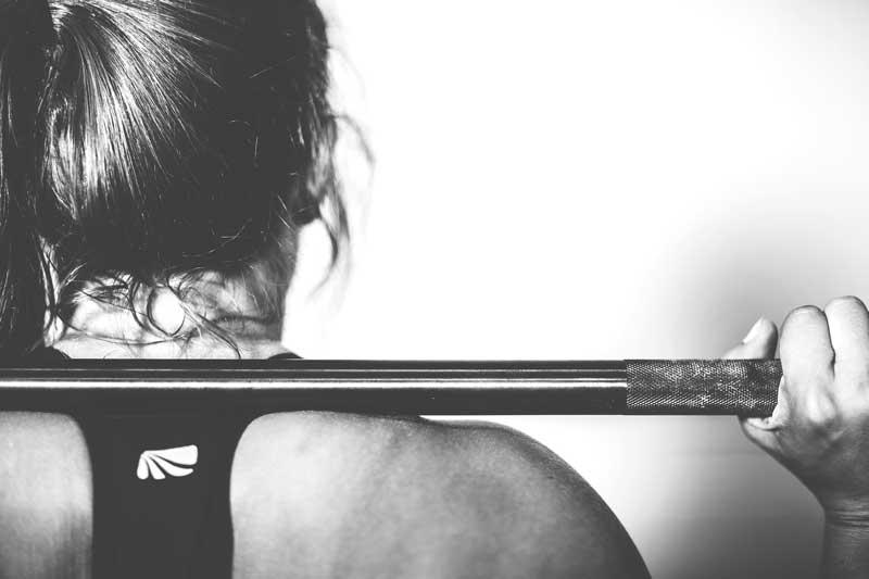 crossfit woman barbell shoulders